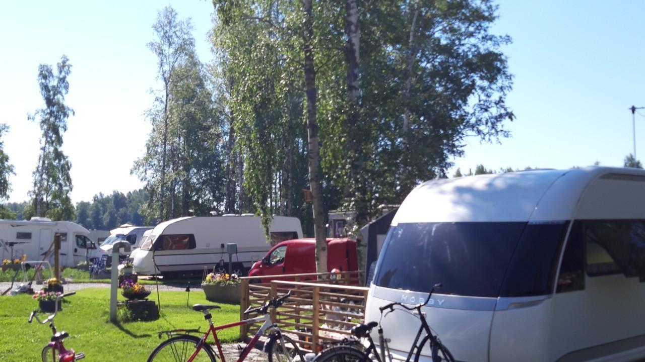 Matkailuvaunuja- ja autoja sekä polkupyöriä Säynäniemen leirintäalueella.