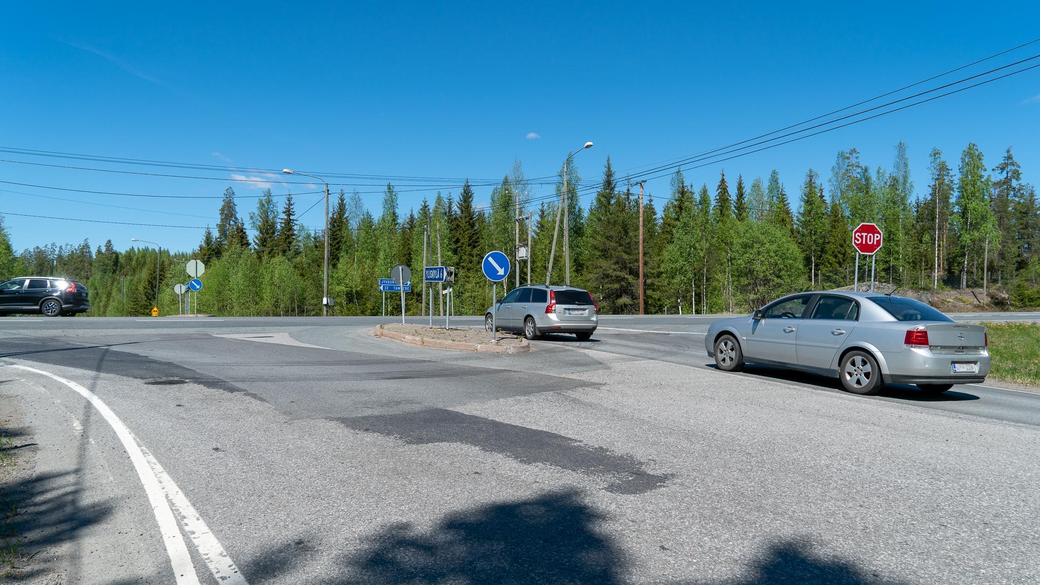 Autoja Yliskylän ja valtatie 9:n risteyksessä.