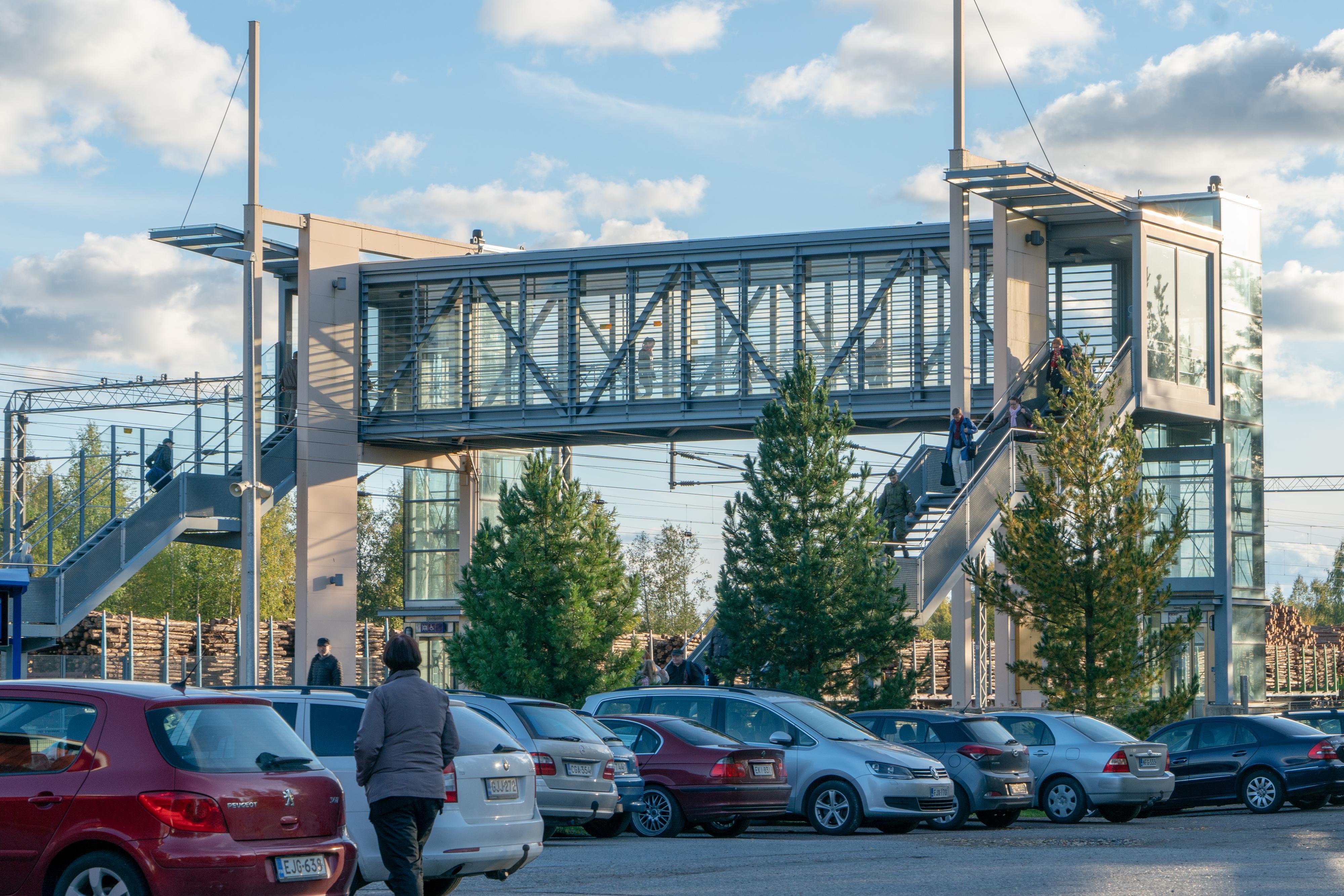 Oriveden rautatieaseman pysäköintialuetta, jossa on henkilöautoja pysäköitynä.