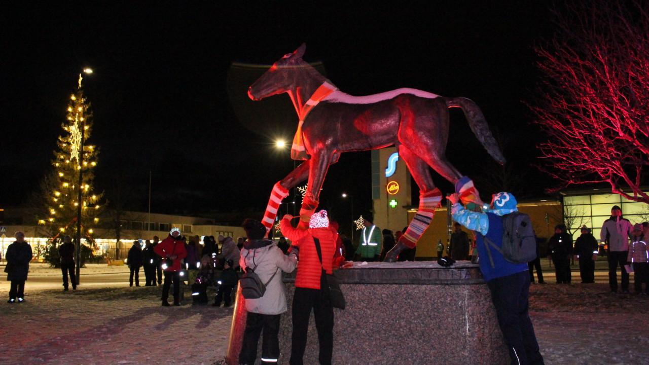 Orivarsa-patsaan villasukitus Oriveden joulunavauksessa 2020.