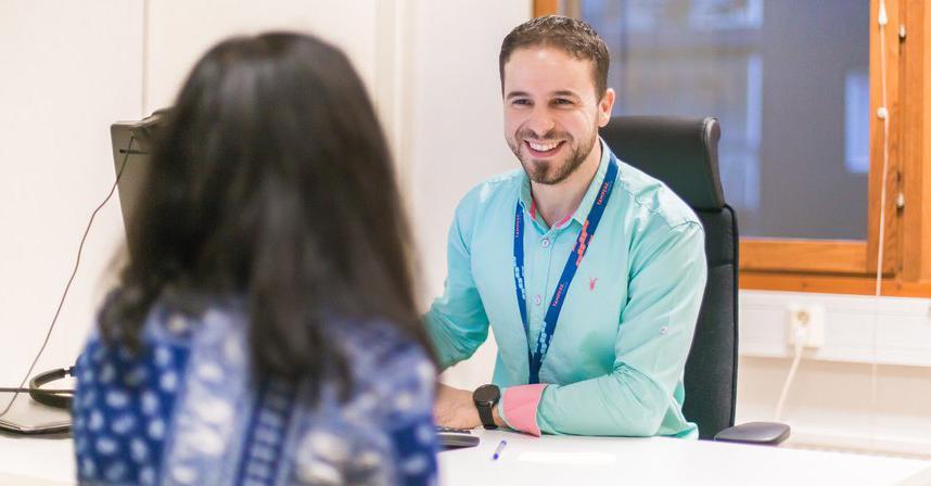 Asiakaspalvelija kohtaa nuoren asiakkaan toimistossa.