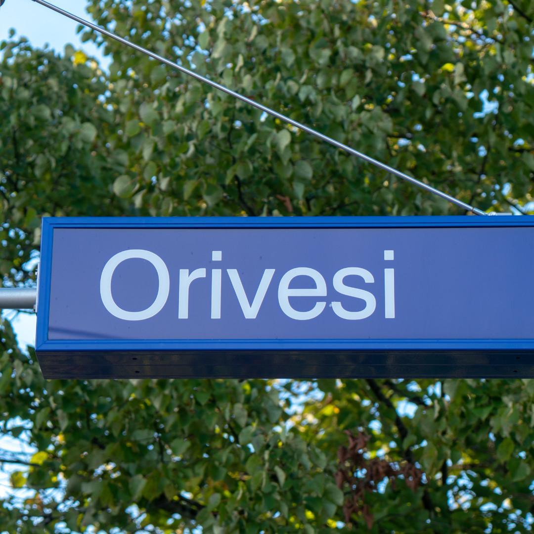 Orivesi-kyltti juna-asemalla.