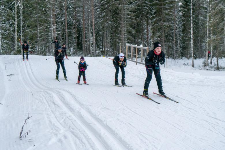 OrPo:n hiihtojaoston hiihtokoulun opettajia ja osallistujia Oriveden Hiihtomaassa.