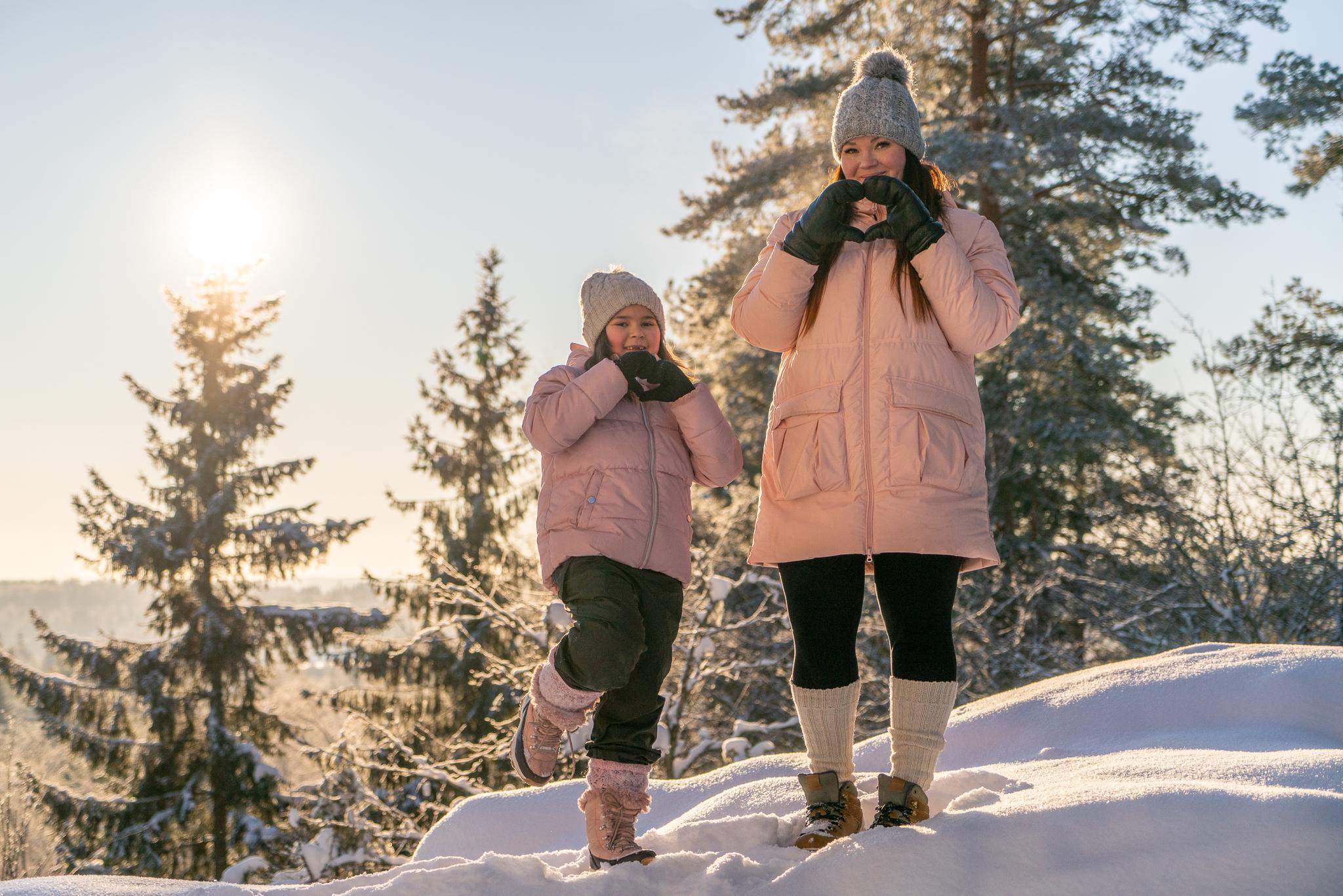 Oriveden kaupungin villasukkakoordinaattori Ulpu Aho tyttärensä Elifin kanssa aurinkoisena, talvisena päivänä Paltanmäellä.