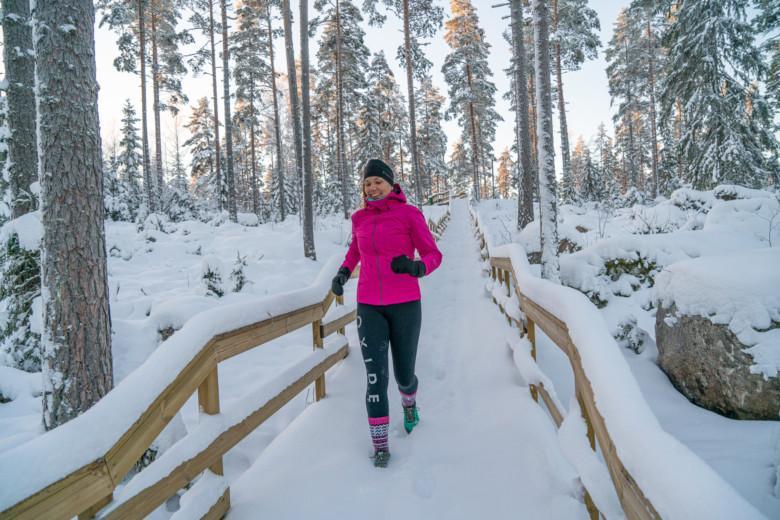 Nainen juoksee Paltanmäen elämysportaissa Orivesi-JonSukat jalassaan.