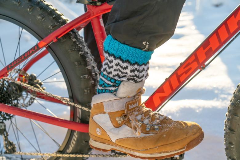 Turkoosit Orivesi-JonSukat maastopyöräilijän jalassa.