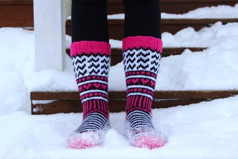 Pinkit Orivesi-JonSukat naisen jalassa lumisilla rappusilla.