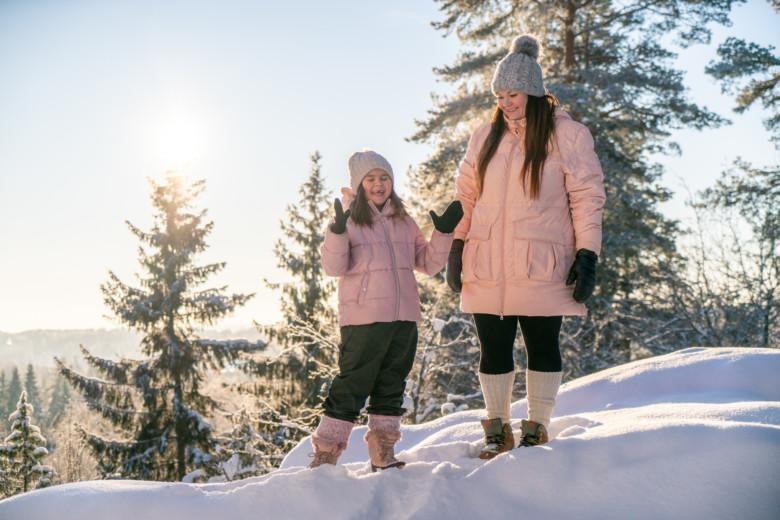 Ulpu Aho tyttärensä kanssa villasukat jalassa Paltanmäessä.