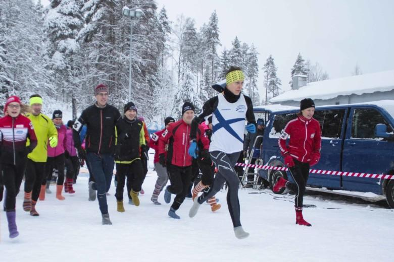 Villasukkajuoksijoita Villasukkajuoksun SM-kisojen kilpasarjassa.