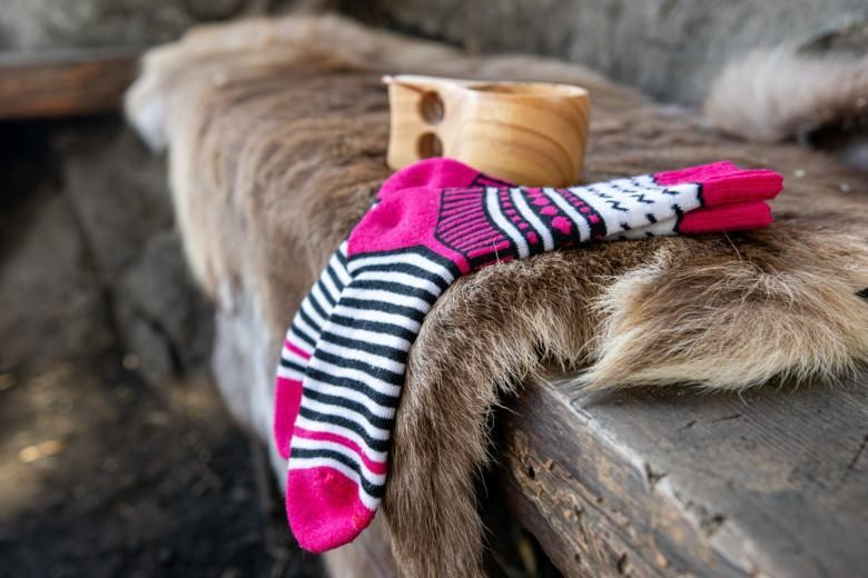 Orivesi-sukat aseteltuna ulos penkin ja porontaljan päälle, taustalla kuksa.