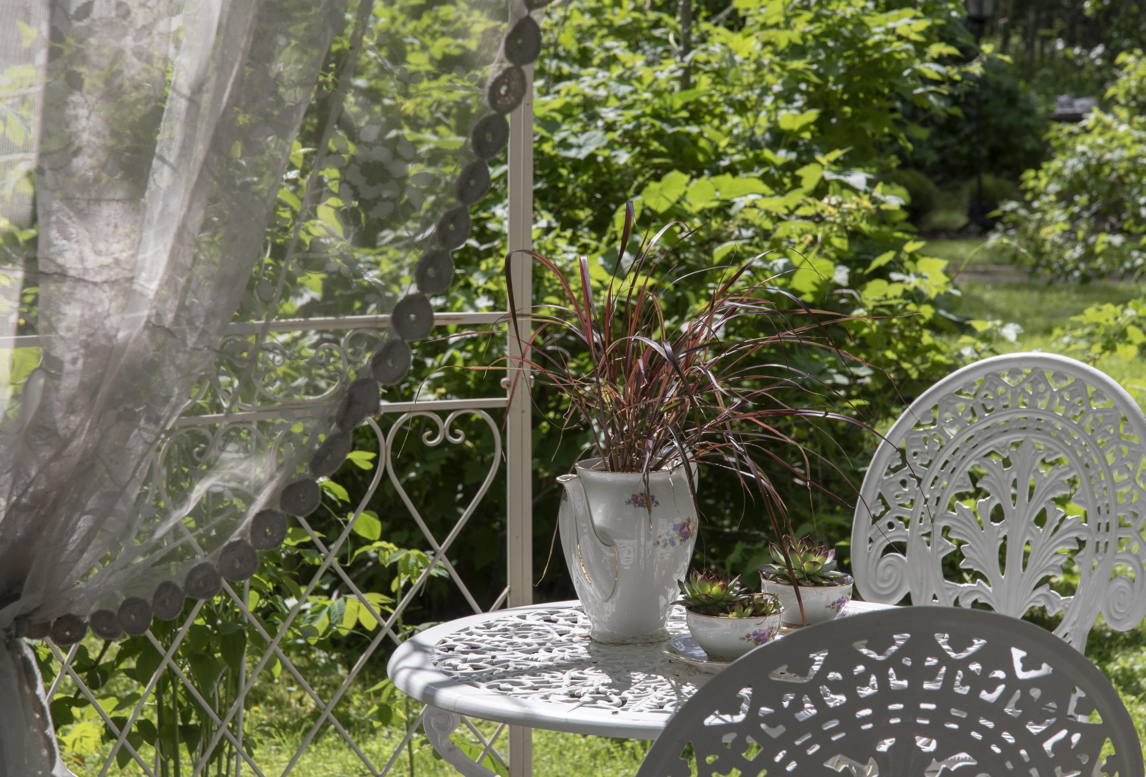 Käpälämäen puutarhan huvimajan kalustoa.