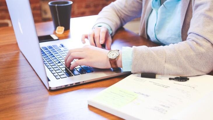 yrittäjä istuu tietokoneen ääressä