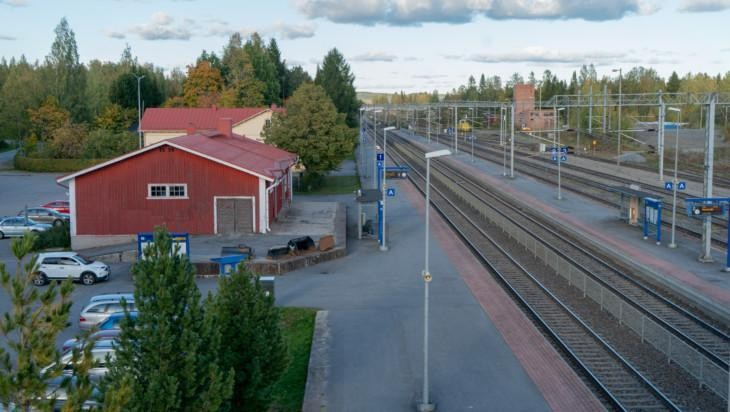 Ilmakuvaa Oriveden rautatieasemasta ja junaraiteista.