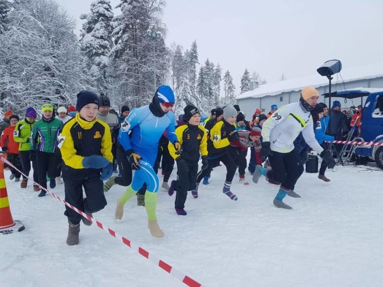 Kilpasarjan osallistujia lähtöviivalla.