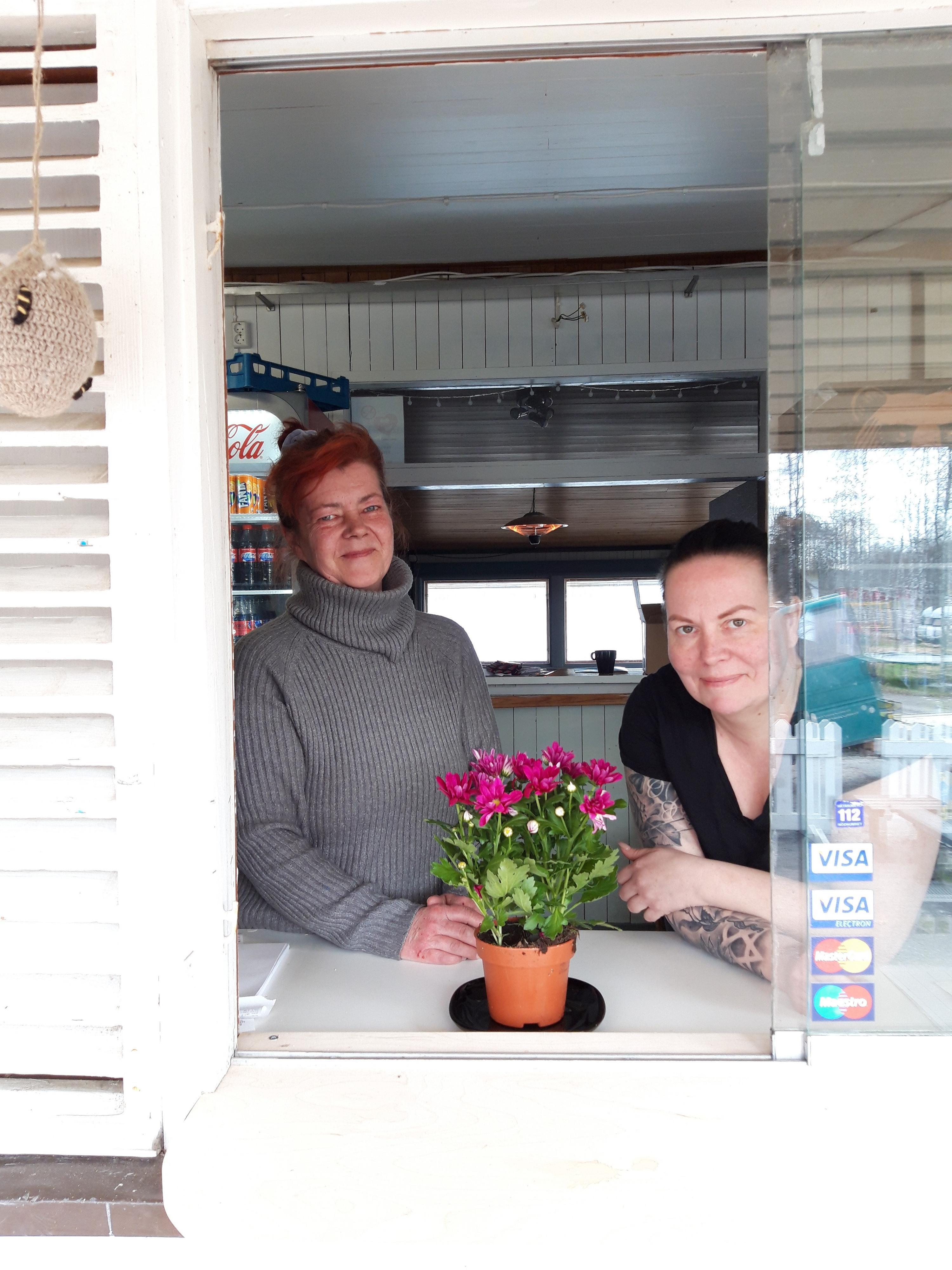 Säynäniemen leirintäalueen uudet yrittäjät kurkistavat ikkunasta.