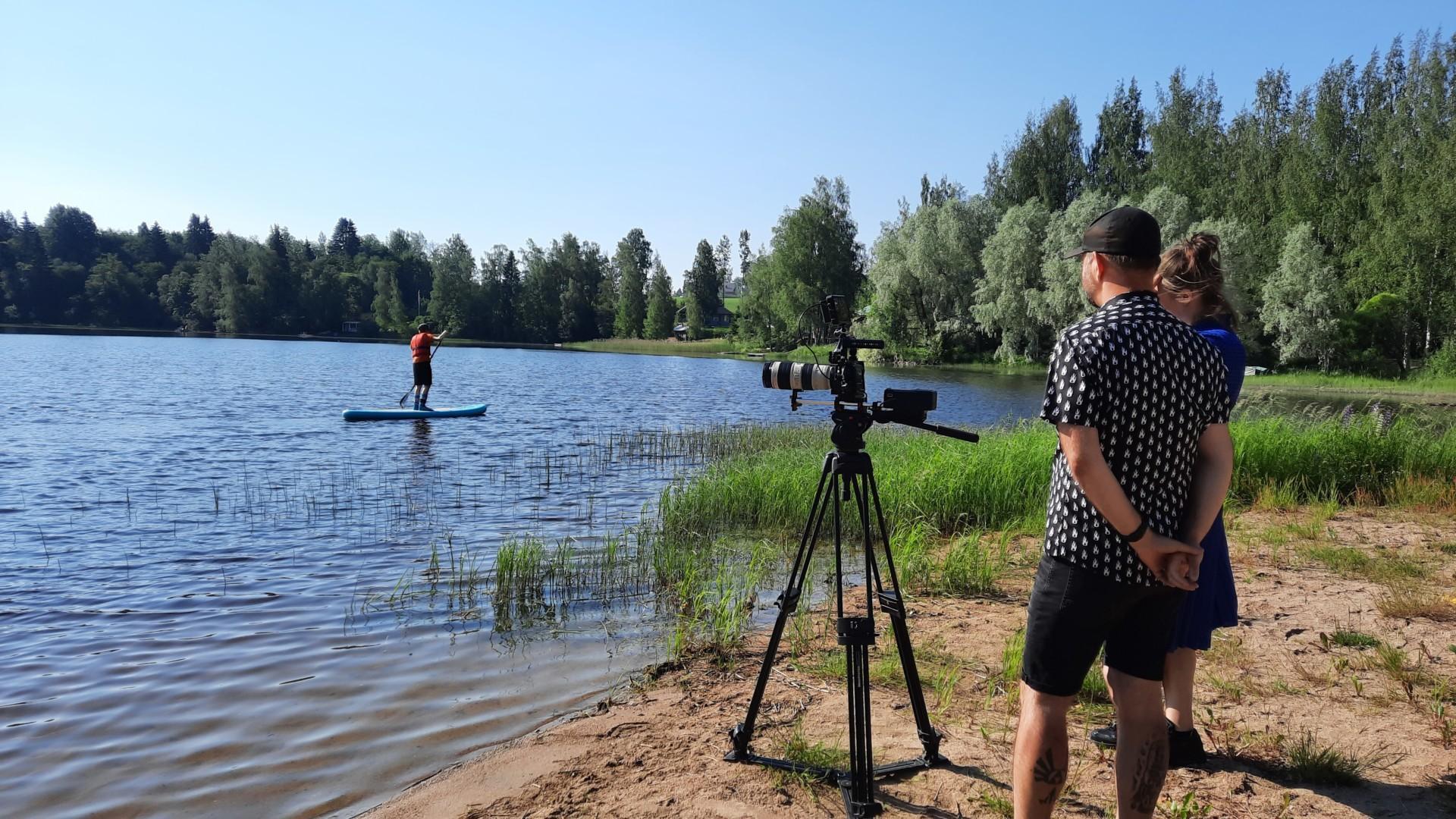 Videokuvaaja ja käsikirjoittaja tekemässä Oriveden kaupungin mainosvideon kuvausta Pitkäjärven uimarannalla kesällä 2021.