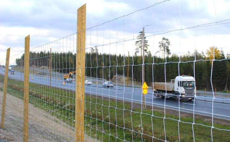 Liikennettä ysitien uusilla ohituskaistoilla.